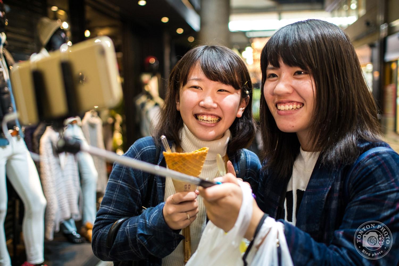 Selfie entre amies sur le marché de Kyoto, Japon © Clément Racineux / Tonton Photo
