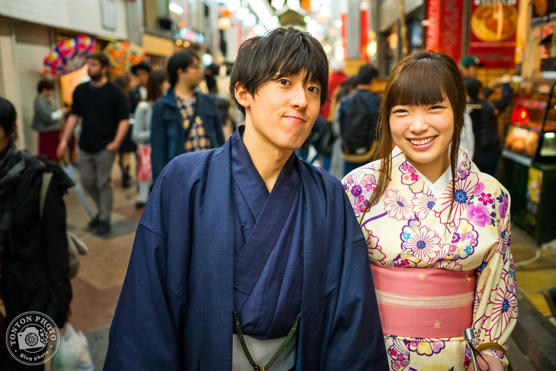 Portrait d'un jeune couple croisé dans la foule du marché de Kyoto, Japon © Clément Racineux / Tonton Photo