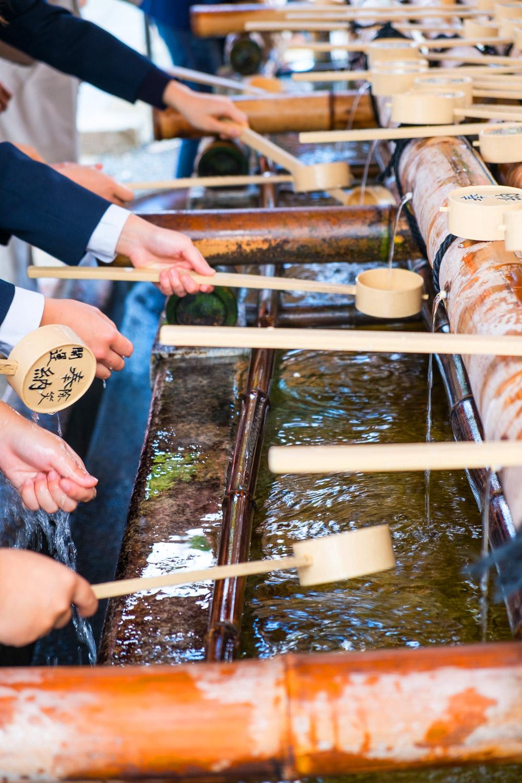 Rituel des ablutions avant de pénétrer dans le célèbre sanctuaire Fushimi Inari Taisha, Kyoto, Japon © Clément Racineux / Tonton Photo