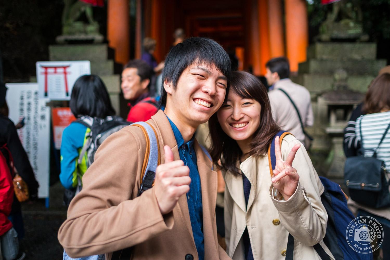 Portrait d'un jeune couple dans le sanctuaire Fushimi Inari Taisha, Kyoto, Japon © Clément Racineux / Tonton Photo