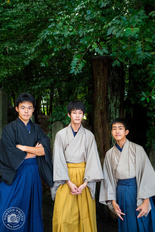 Jeunes japonais en tenue traditionnelle au coeur du sanctuaire Fushimi Inari Taisha, Kyoto, Japon © Clément Racineux / Tonton Photo