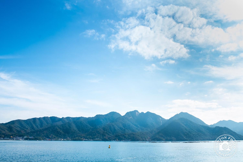 Vue sur l'île de Miyajima depuis le bateau en provenance d'Hiroshima, Japon © Clément Racineux / Tonton Photo