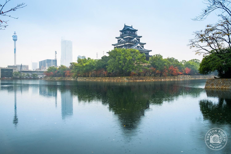 Château de la carpe, Hiroshima, Japon. Initalement construit en 1590, il fut entièrement rasé par la bombe atomique avant d'être reconstruit à l'identique en 1958. © Clément Racineux / Tonton Photo