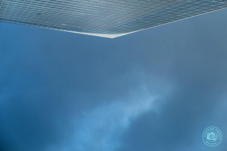 Être créatif en cassant les repères visuels. Photo d'architecture dans le quartier d'affaires de Shiodome, Tokyo, Japon © Clément Racineux / Tonton Photo