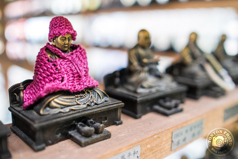 Petit pull brodé sur l'une des centaines de statues bouddhiques du temple Daisho-In. Île de Miyajima, Japon © Clément Racineux / Tonton Photo