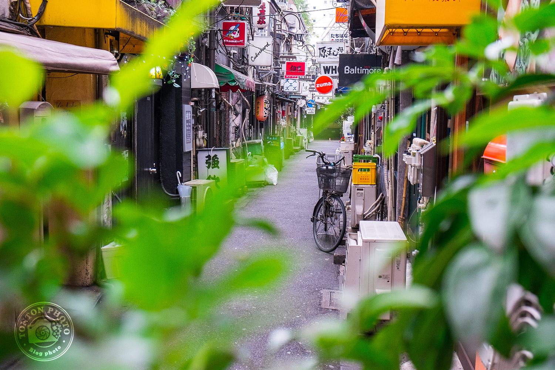 Dans les ruelles étroites et pittoresques du Golden Gai, quartier Kabukicho, au coeur de la mégalopole tokyoïte, Japon © Clément Racineux / Tonton Photo