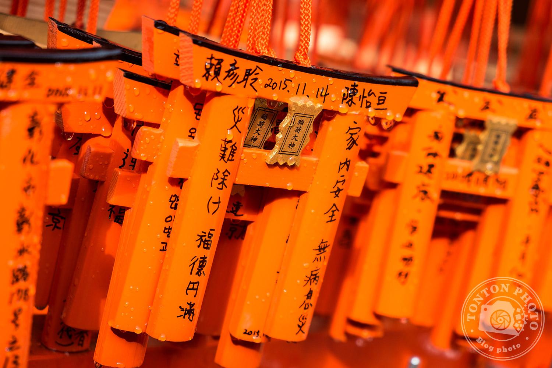 Mini-torii servant de support à prière dans le sanctuaire Fushimi Inari Taisha, Kyoto, Japon © Clément Racineux / Tonton Photo