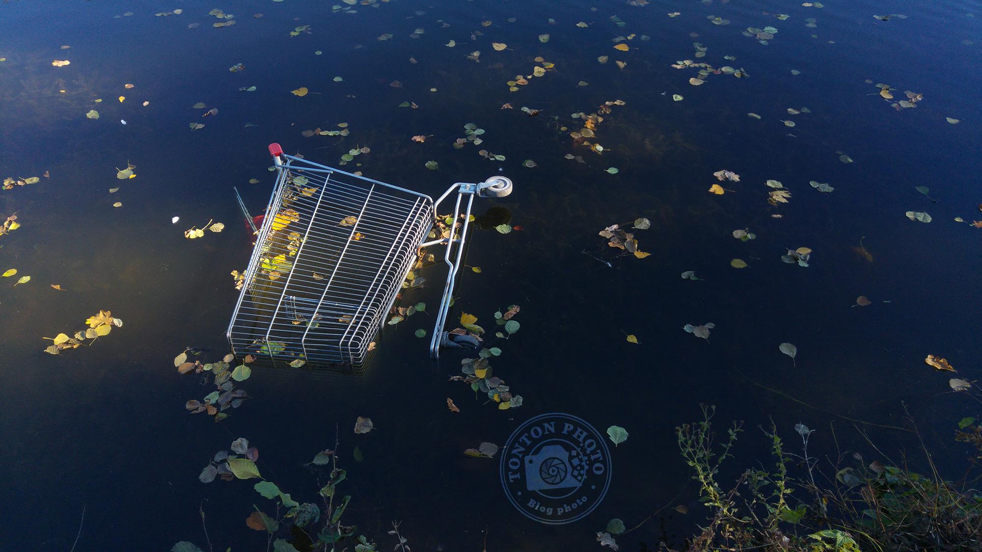Test du photophone LG G4 : lumière de fin de journée automnale sur un caddie jeté à l'eau. F/1.8 - 1/500 - ISO 100 © Clément Racineux / Tonton Photo