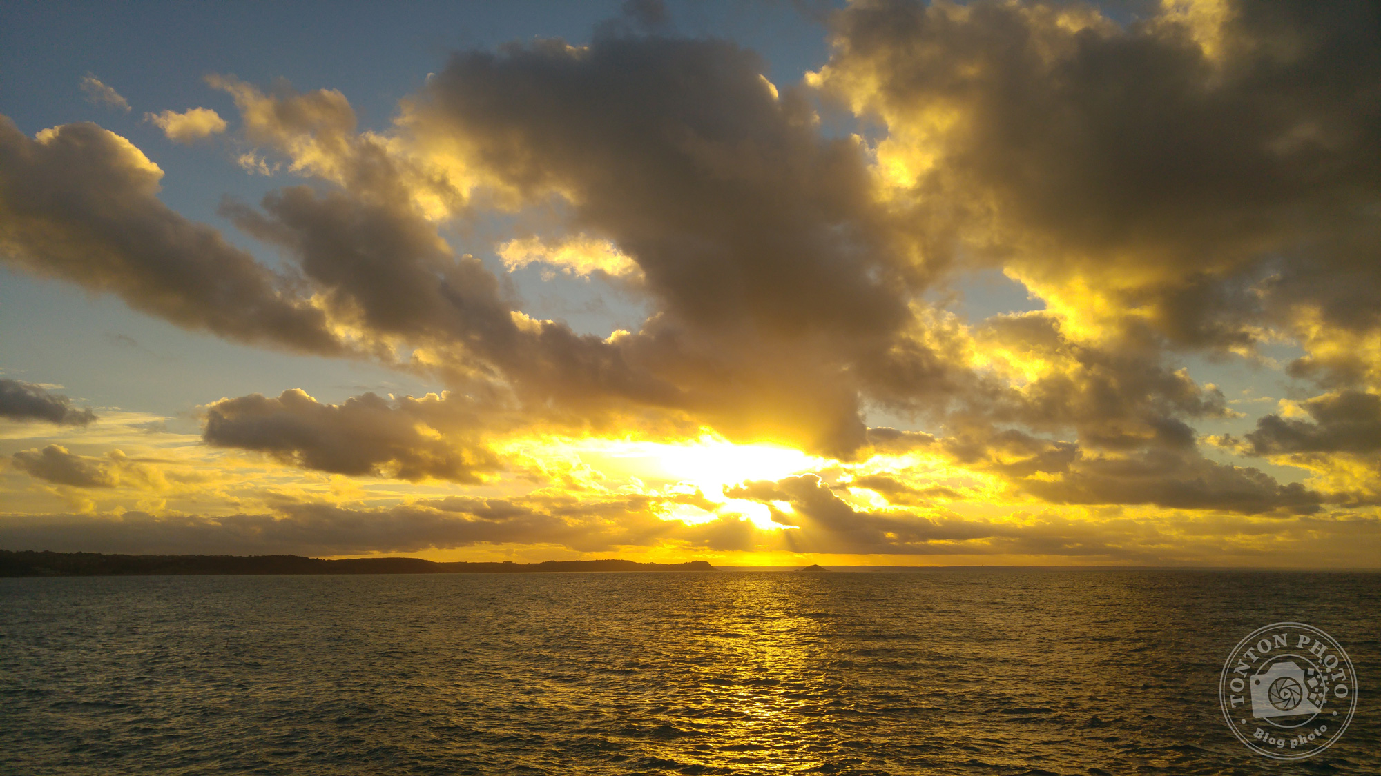(Avant post-traitement) Test du photophone LG G4 : Coucher de soleil sur la Manche depuis la jetée d'Erquy (Bretagne, France). F/1.8 – 1/1500 – ISO 50 © Clément Racineux / Tonton Photo