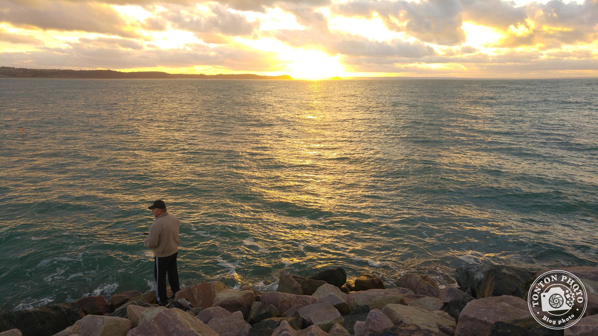 Test du photophone LG G4 : Pêcheur au coucher du soleil à Erquy, en Bretagne (France). F/1.8 – 1/125 – ISO 50 © Clément Racineux / Tonton Photo