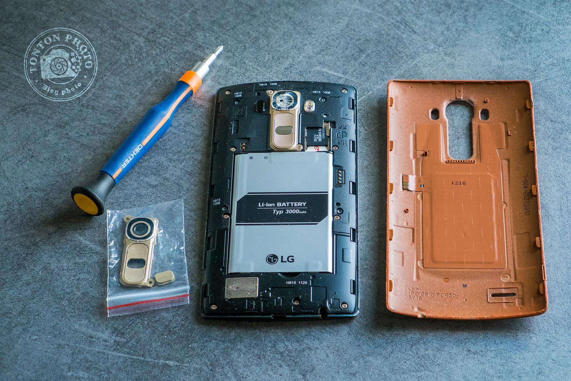 Opération à coeur ouvert du LG G4 pour remplacer la lentille cassée de son appareil photo par une nouvelle pièce détachée (emballée à gauche)  © Clément Racineux / Tonton Photo