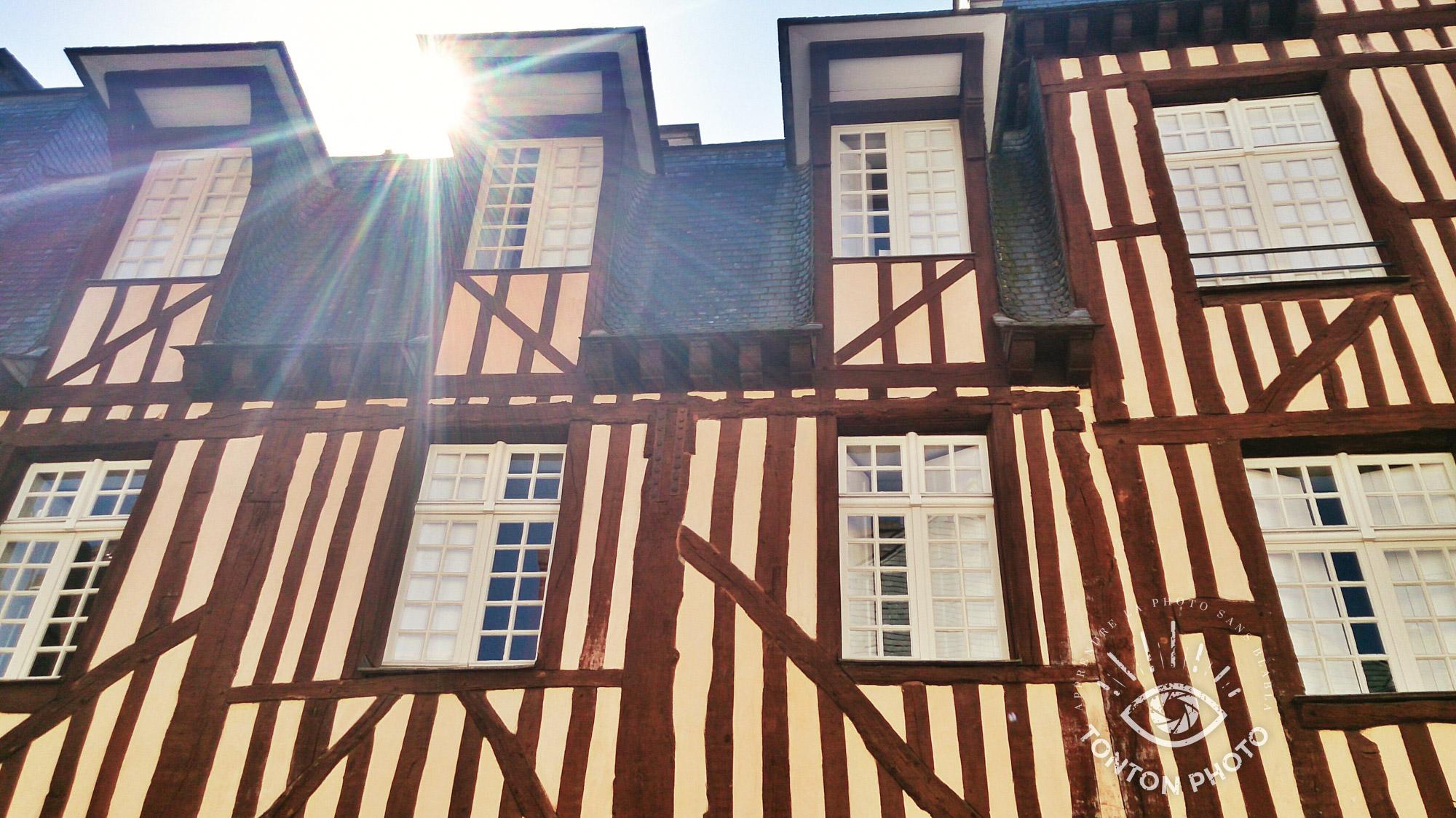 """En cachant partiellement le soleil derrière le bâtiment, j'ai pu capturer les rayons du soleil de manière à dynamiser et """"réchauffer"""" l'ambiance de la photo. Photo prise avec un smartphone tout automatique, sur lequel l'ouverture est fixe. Cela n'empêche pas de s'amuser avec les rayons du soleil ! Rennes, Bretagne. © Tonton Photo"""