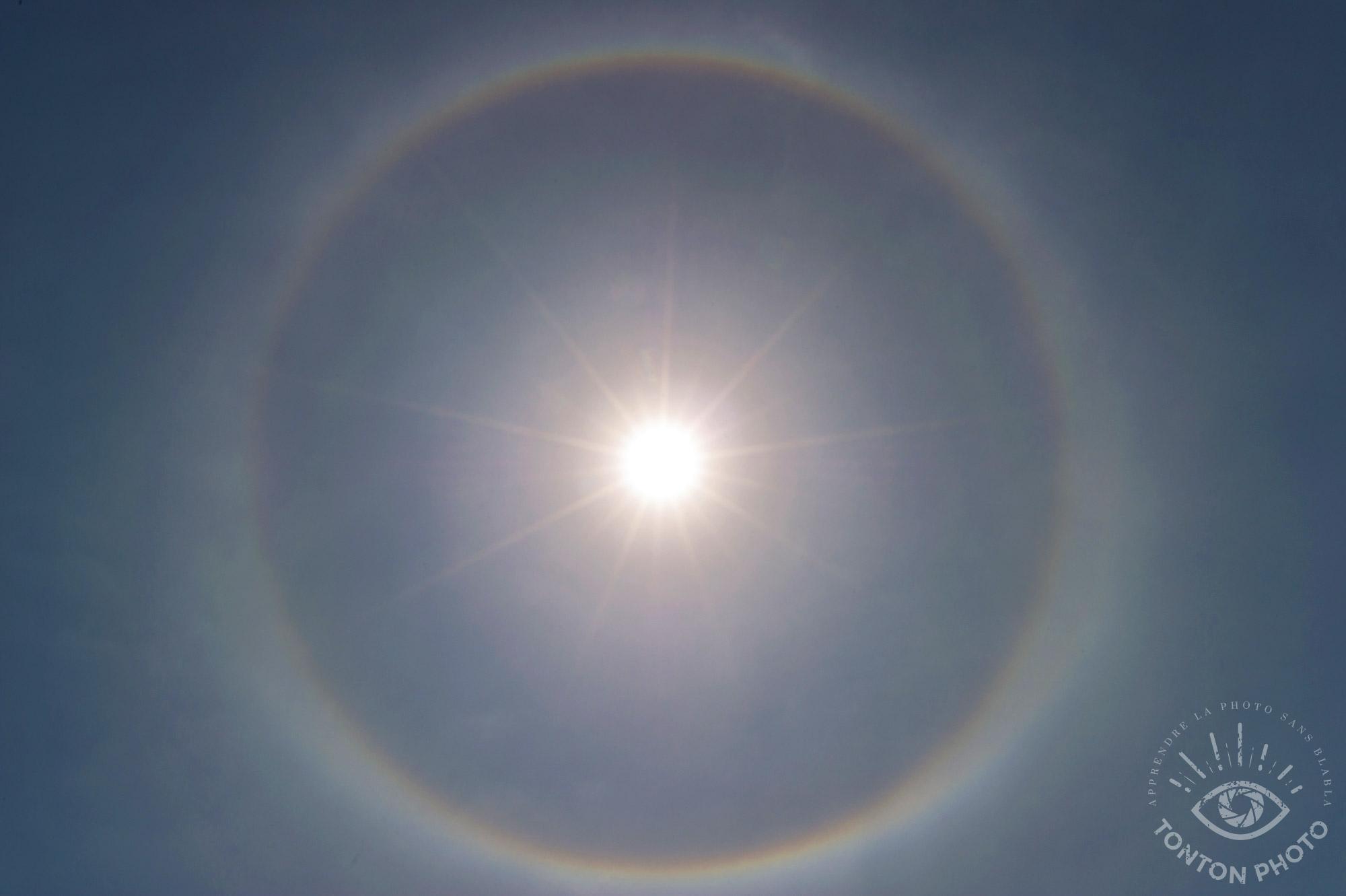 En fermant mon diaphragme, j'ai pu capturer cet incroyable halo solaire... © Tonton Photo