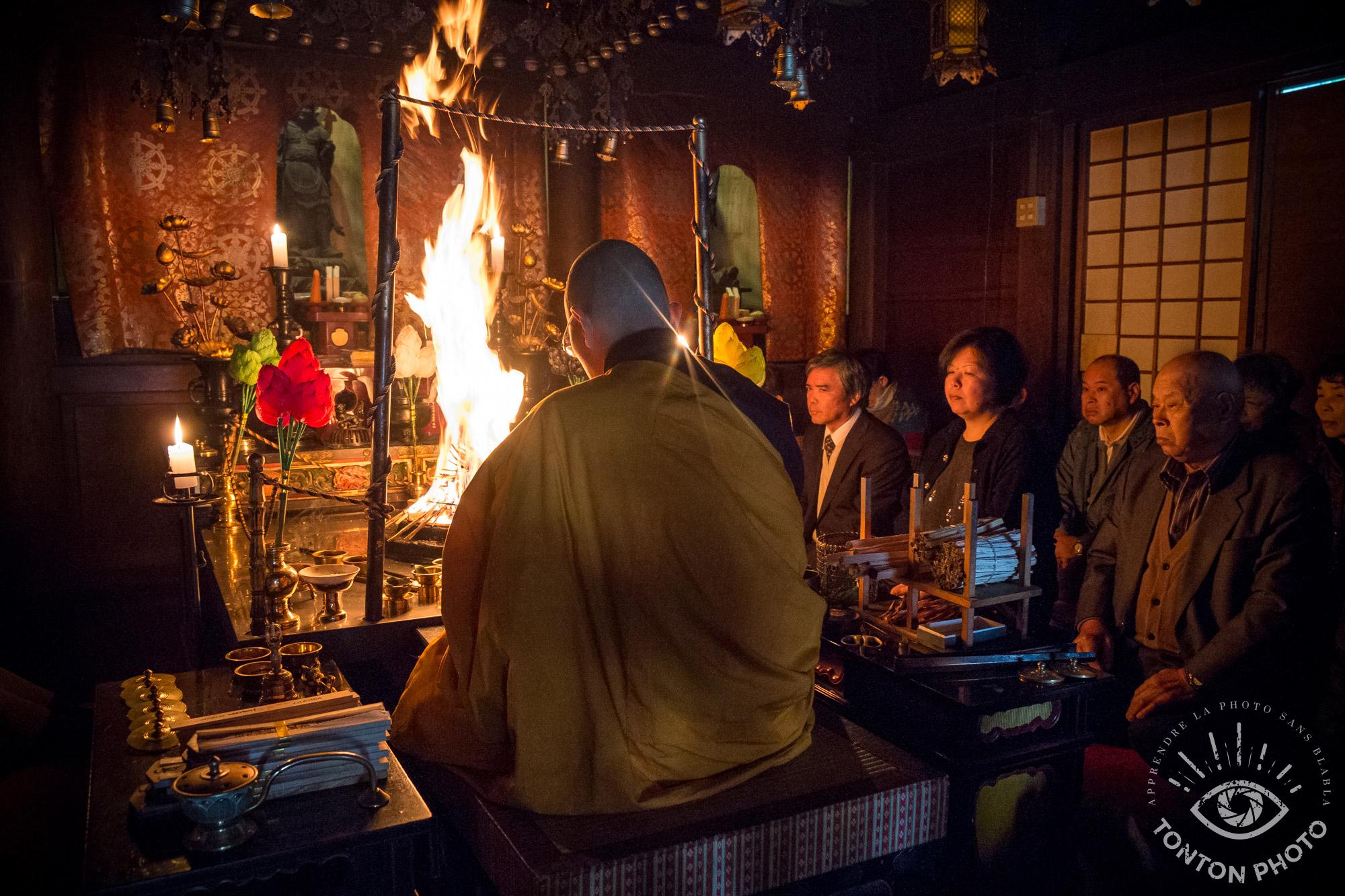 En appliquant la technique abordée dans cet article, j'ai pu capter les rayons provenant d'une bougie placée devant ce moine bouddhiste pendant une cérémonie dans le monastère Shingon d'Eko-in, Koyasan, Japon © Clément Racineux / Tonton Photo © Tonton Photo