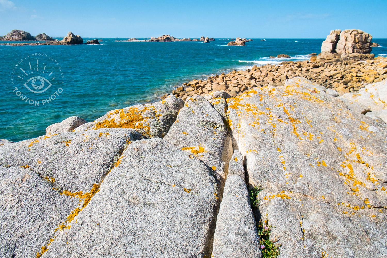 Pour faire cette photo, j'ai pris le temps d'observer et de me déplacer le long des rochers. C'est ainsi que j'ai repéré cette faille dans la roche qui permet de diriger le regard depuis le granit au premier plan vers la mer au second plan © Tonton Photo