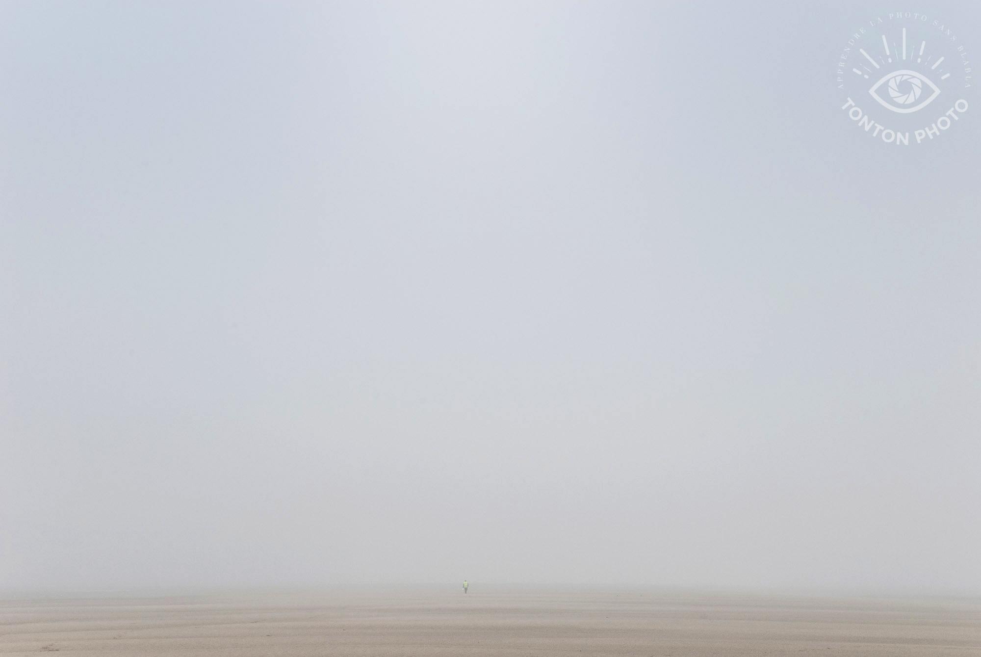 Comment photographier le brouillard ? Promeneur en Baie de Somme © Clément Racineux / Tonton Photo