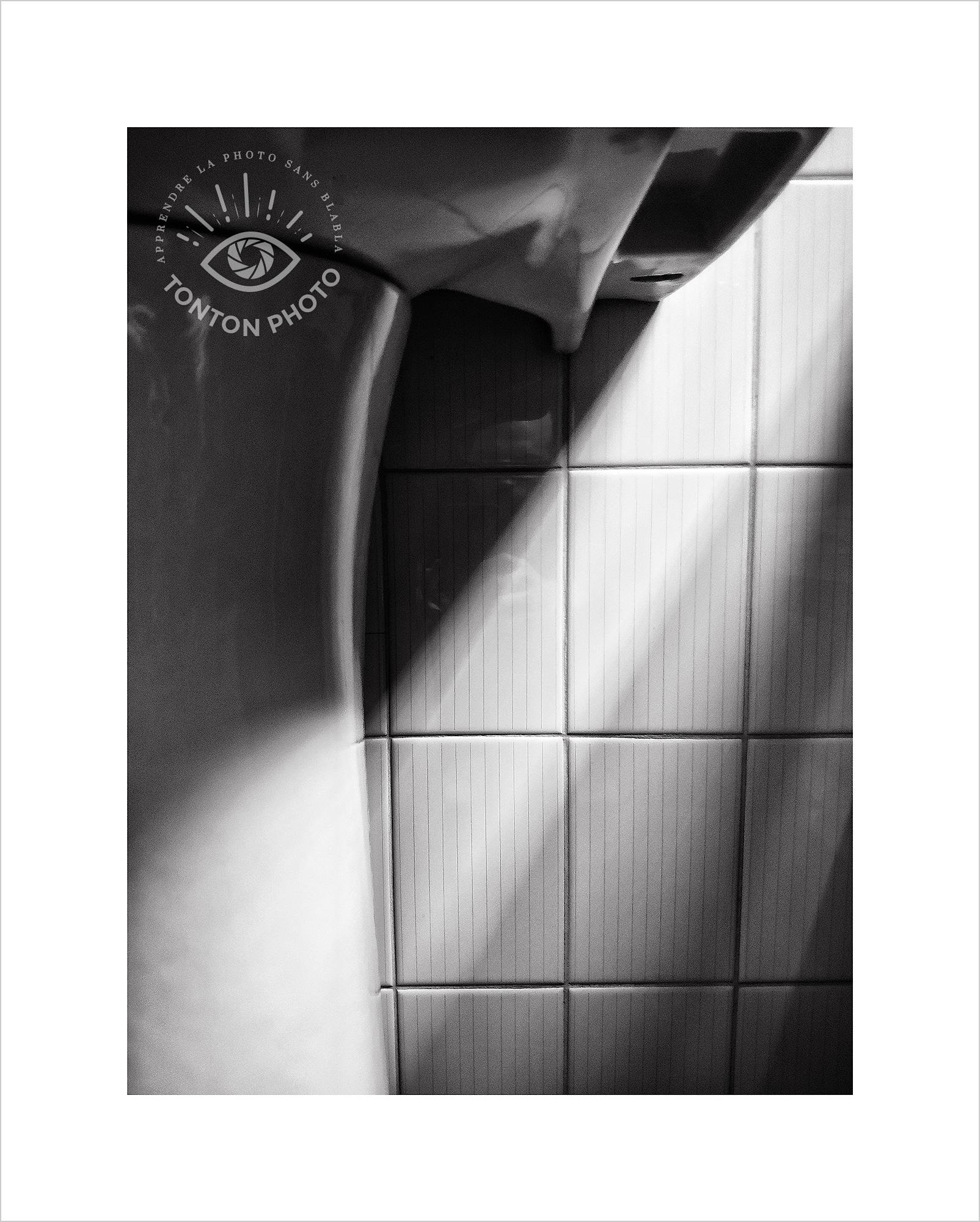 Les jeux d'ombre et de lumière s'invitent même dans la salle de bain en fin de journée... Photo prise au smartphone Xiaomi Mi Mix 3 © Tonton Photo