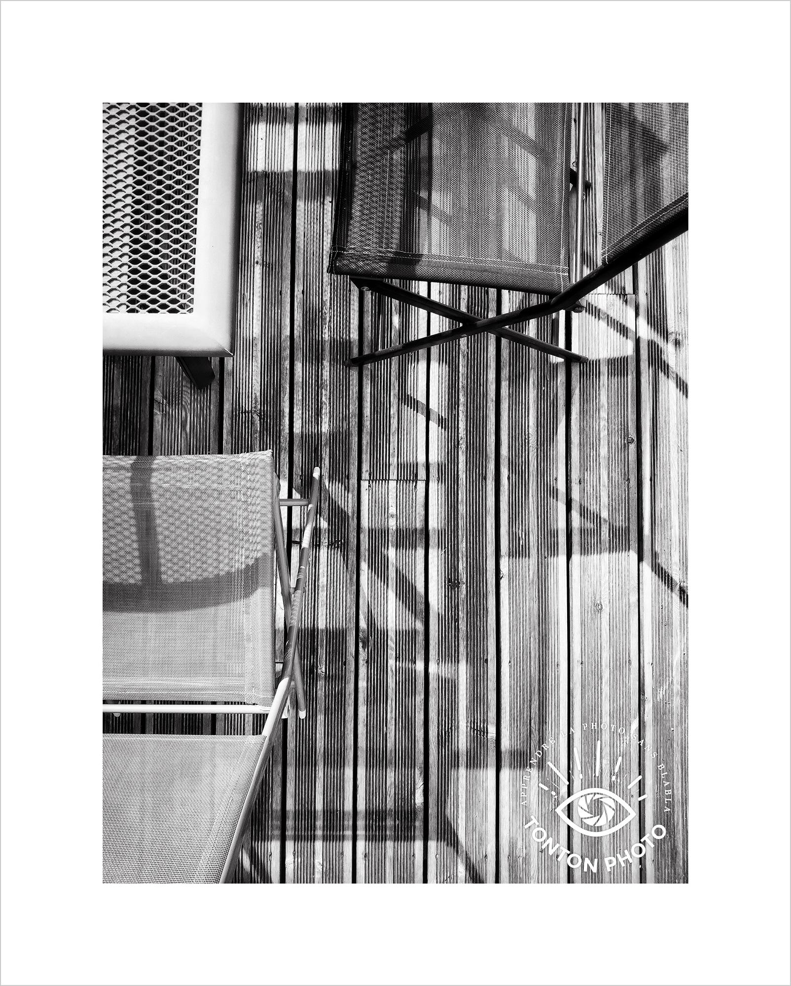 Jeu d'ombre et de lumière en terrasse. Photo prise au smartphone Xiaomi Mi Mix 3 © Tonton Photo