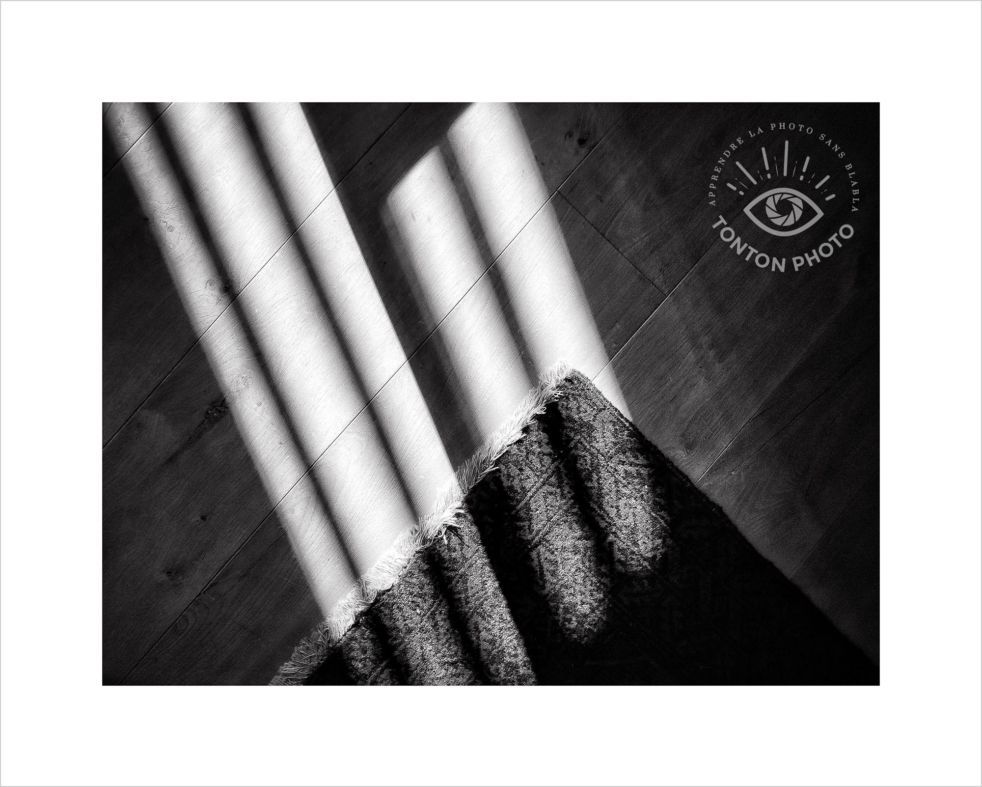Jeu d'ombre et de lumière sur parquet et tapis. Photo prise au smartphone Xiaomi Mi Mix 3 © Tonton Photo