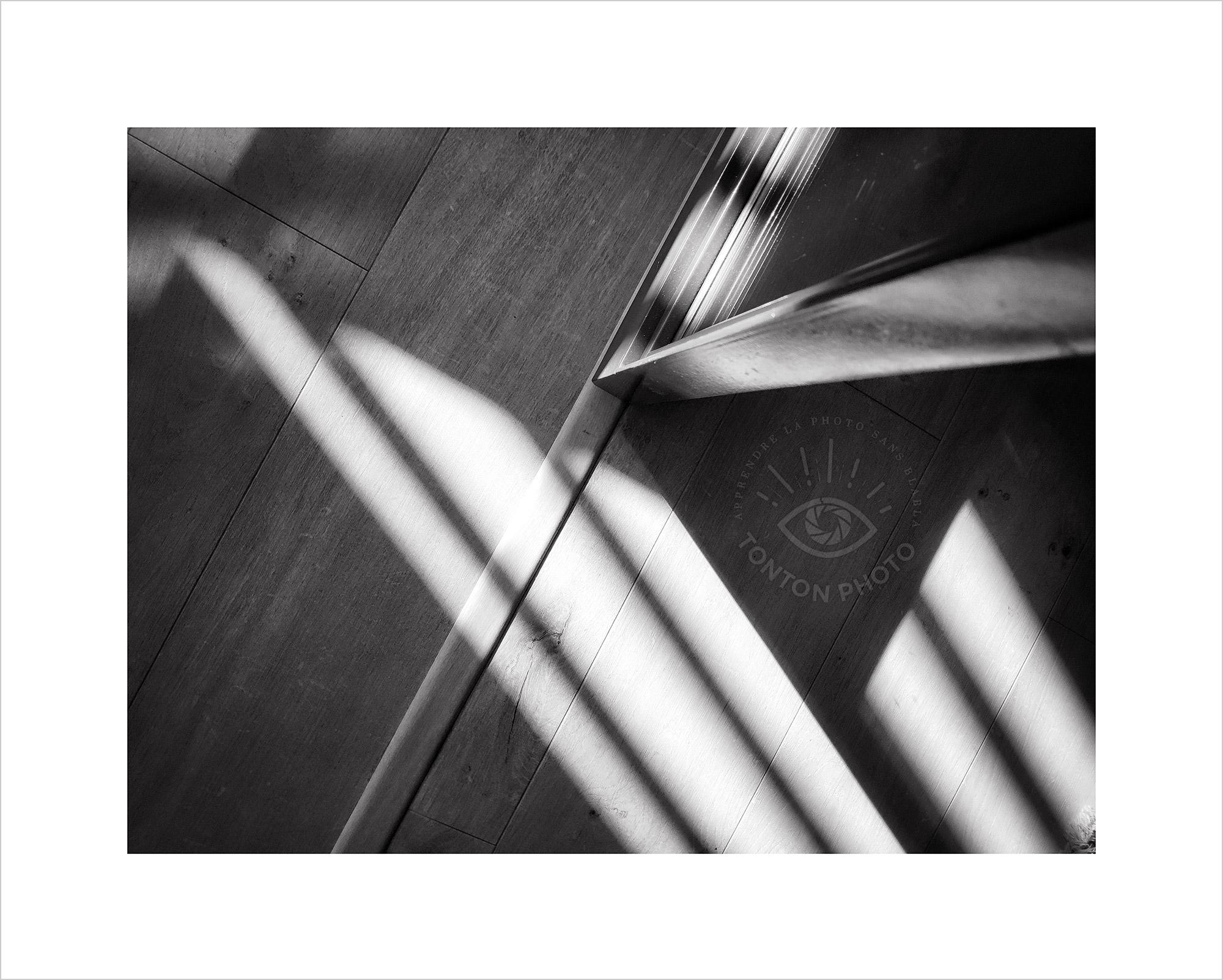 Jeu d'ombre et de lumière sur parquet et porte vitrée. Photo prise au smartphone Xiaomi Mi Mix 3 © Tonton Photo