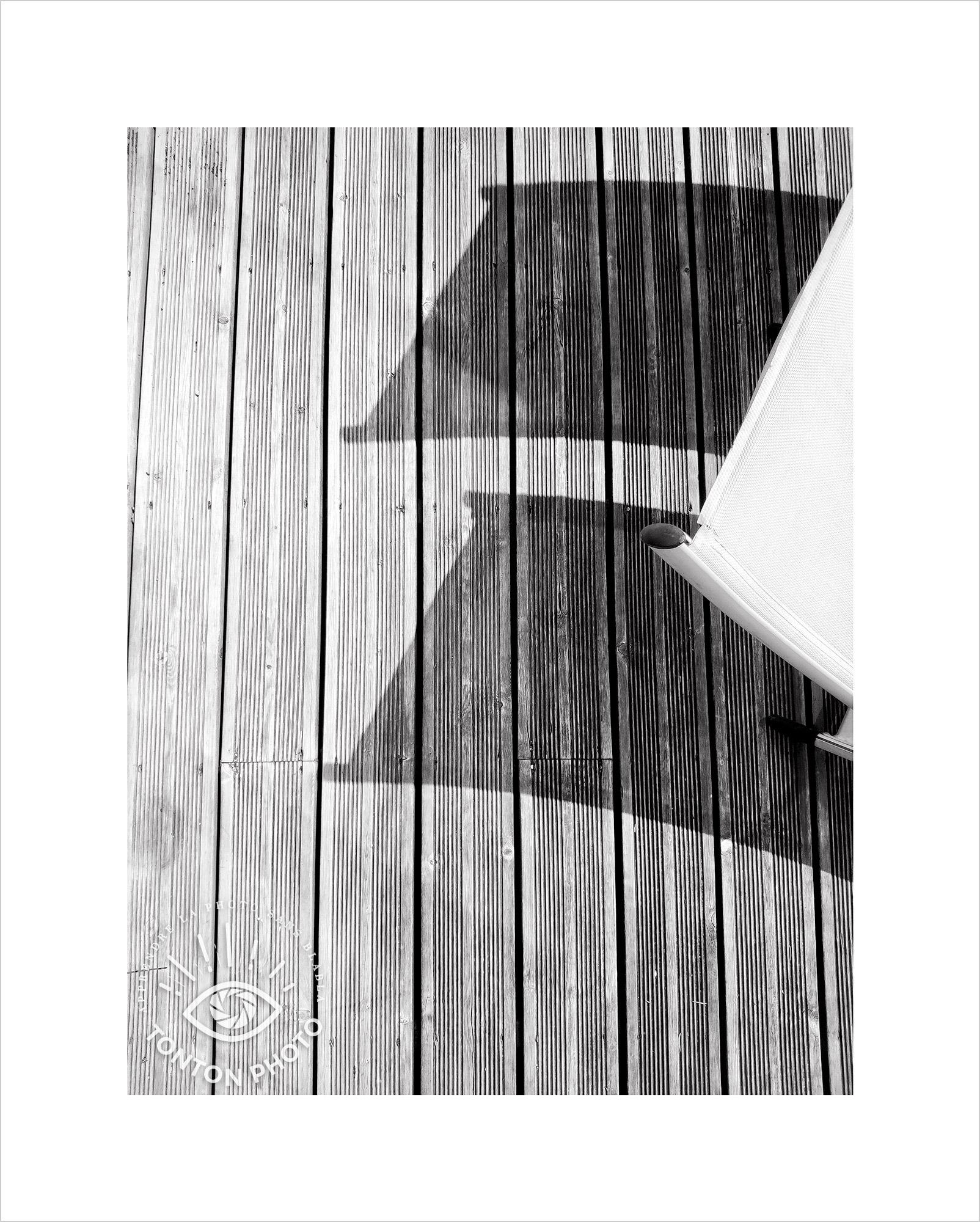 Jeu d'ombre et de lumière sur transats en terrasse. Photo prise au smartphone Xiaomi Mi Mix 3 © Tonton Photo