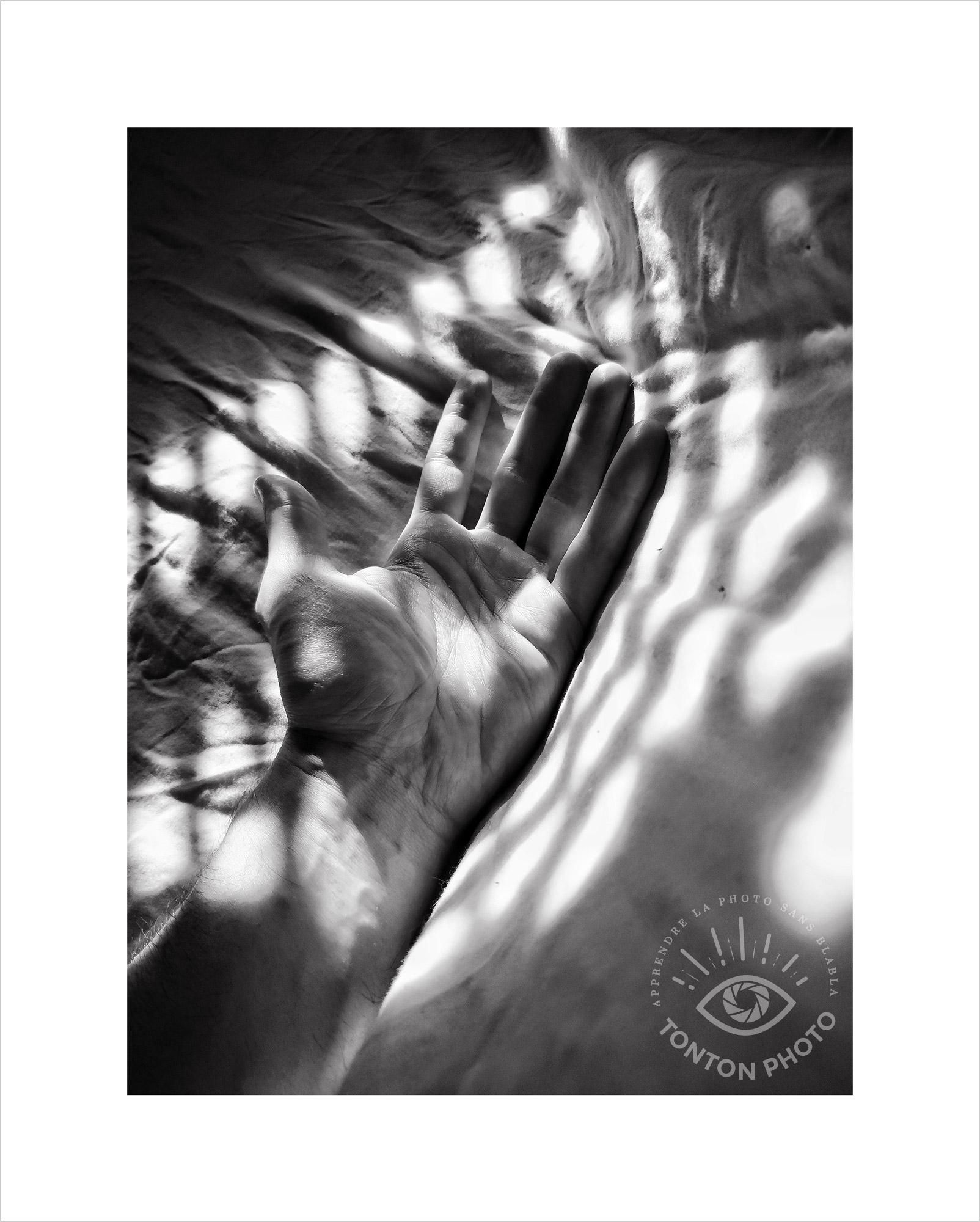 Au lever du jour, jeu d'ombres et lumière sur les draps à travers les volets de la chambre. Photo prise au Smartphone Xiaomi Mi Mix 3 © Tonton Photo