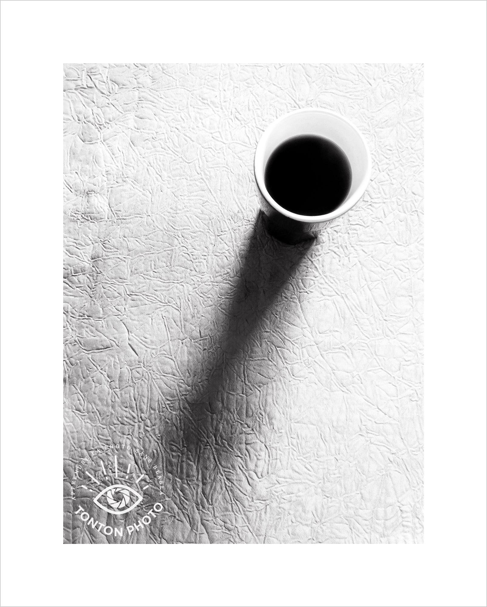 Jeu d'ombre et lumière sur une tasse à café... Pas besoin de chercher très loin pour s'amuser en photo ! Image prise au smartphone Xiaomi Mi Mix 3 © Tonton Photo