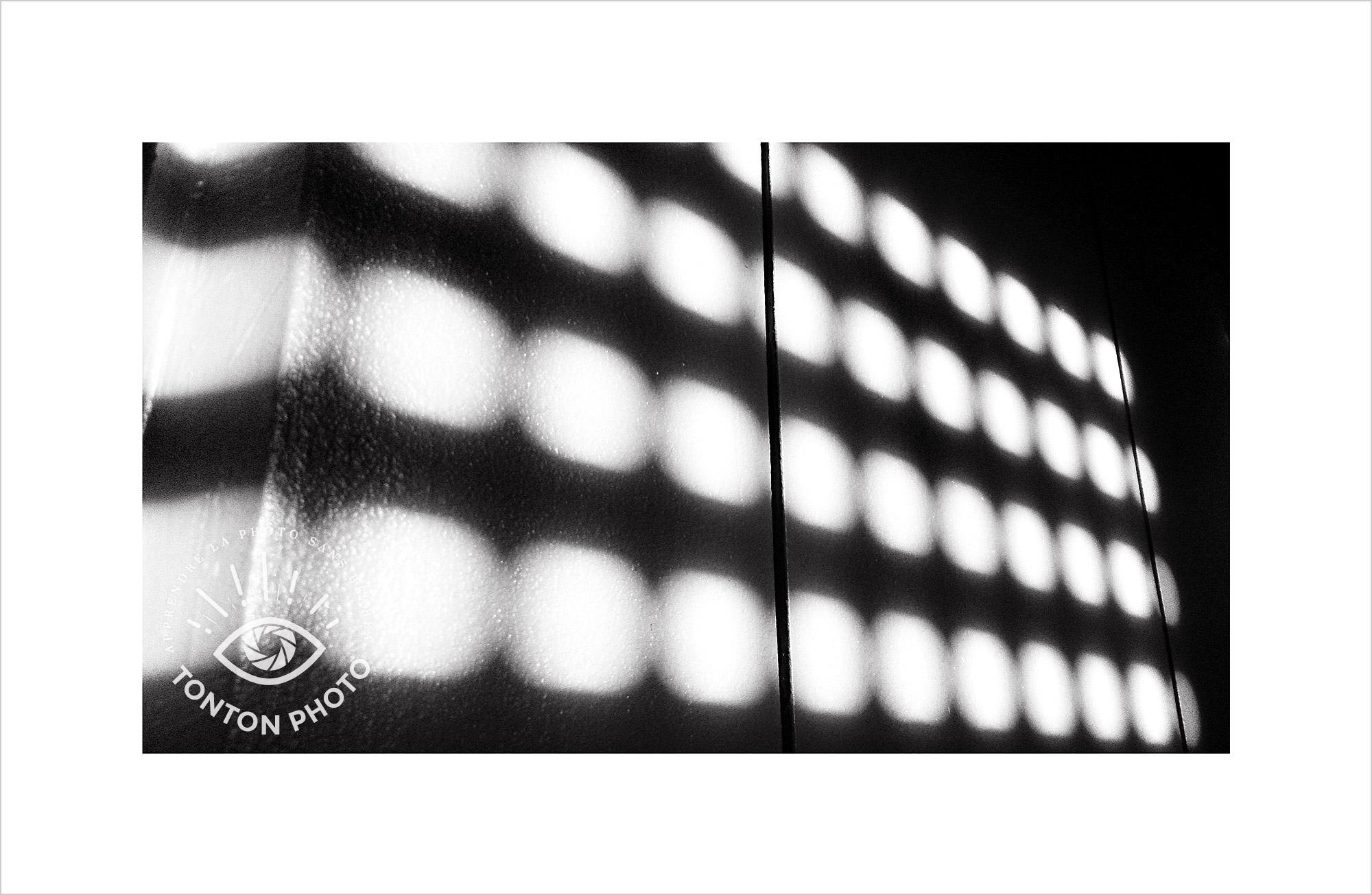 Au lever du jour, jeu d'ombre et de lumière projeté sur le mur à travers les volets de la chambre. Photo prise au smartphone LG G4 © Tonton Photo