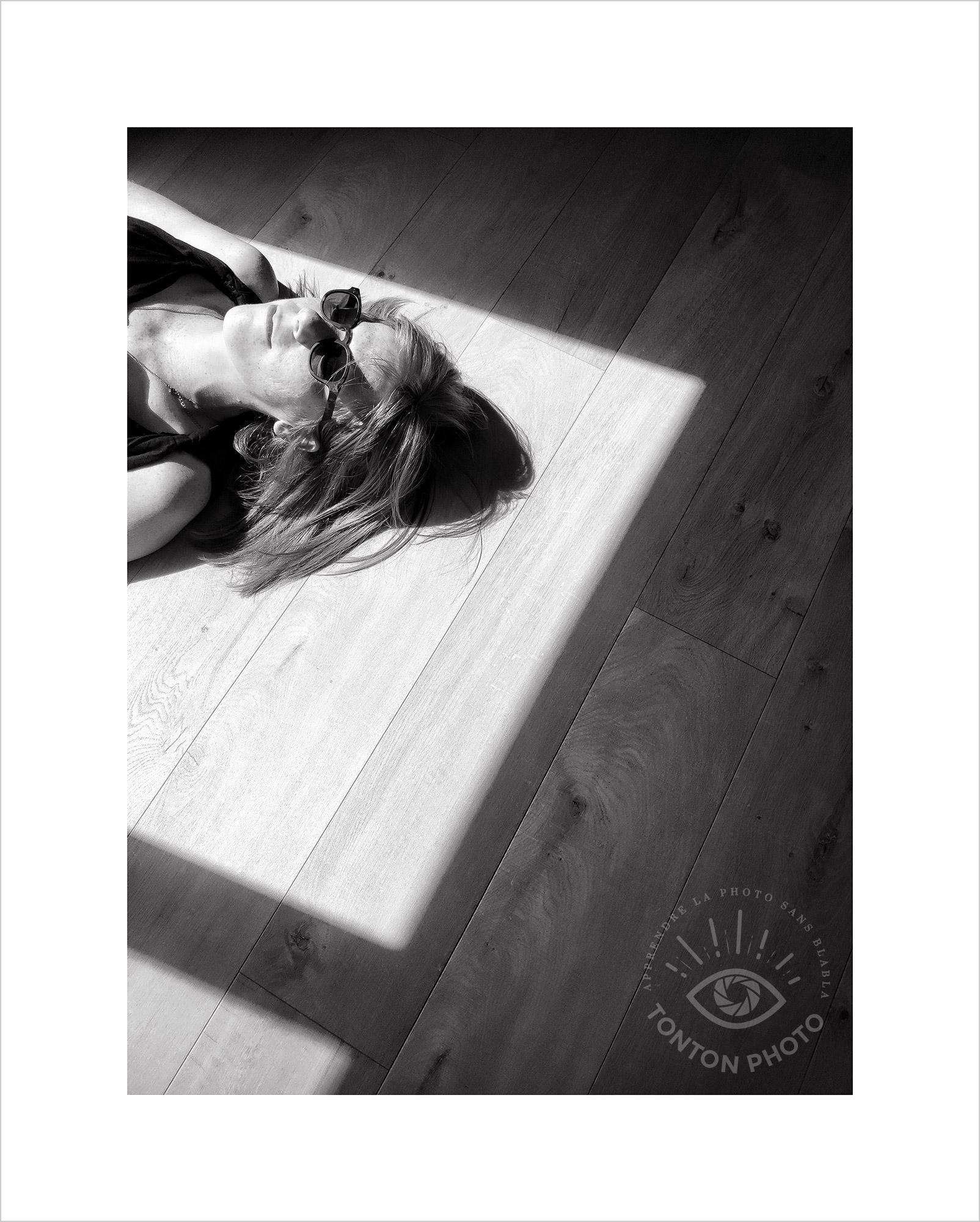 Jeu d'ombre et de lumière à travers la porte-fenêtre ouverte. Photo prise au smartphone Xiaomi Mi Mix 3 © Tonton Photo