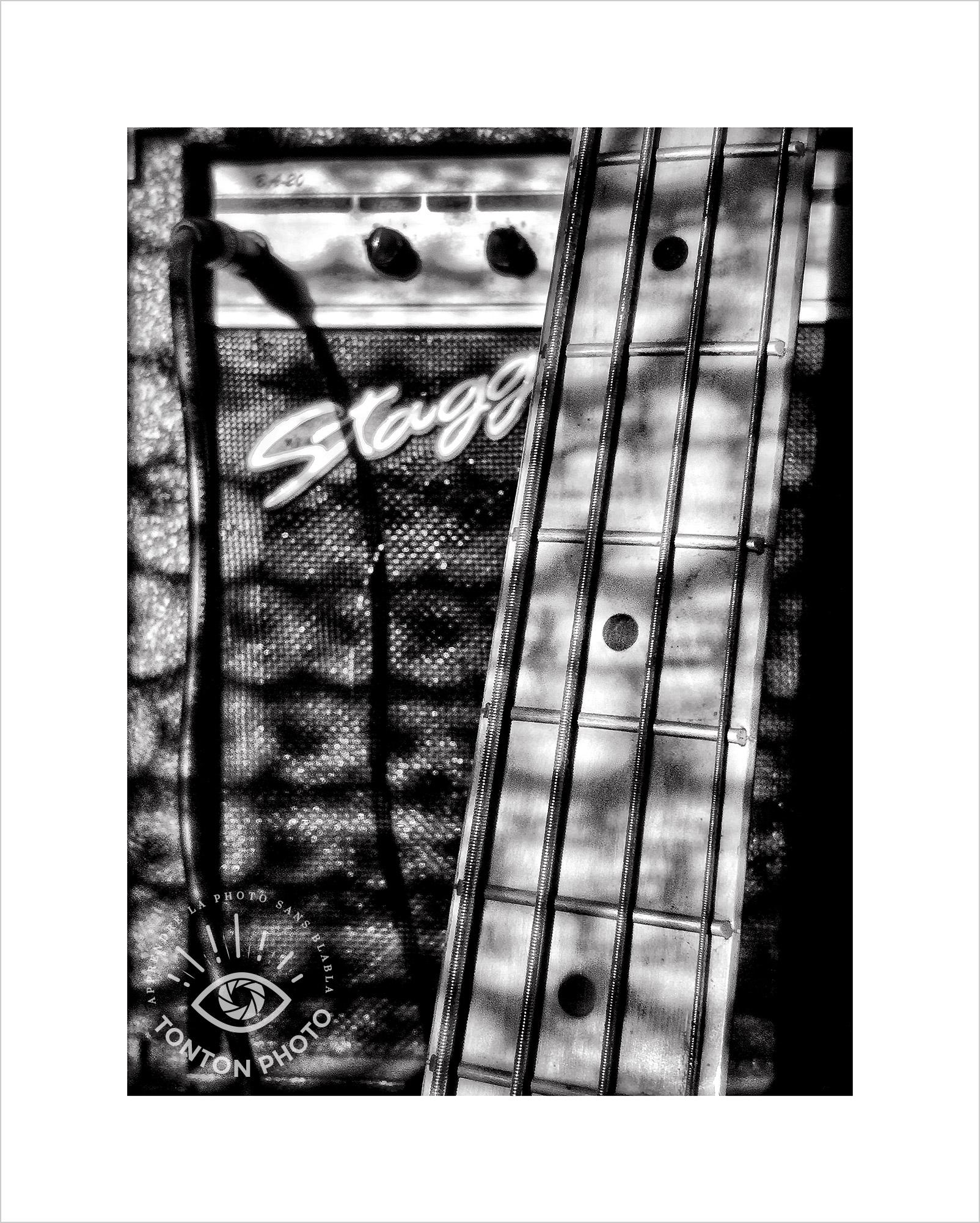 Au lever du jour, jeu d'ombre et de lumière sur la basse électrique et son ampli. Photo prise au smartphone Xiaomi Mi Mix 3 © Tonton Photo