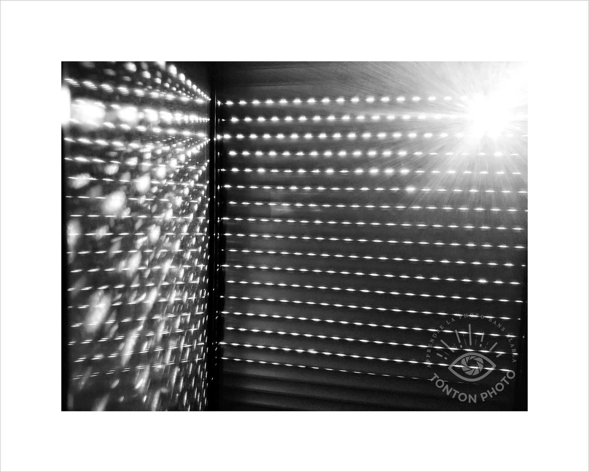 Au lever du jour, jeu d'ombre et de lumière à travers les volets de la chambre. Photo prise au smartphone Xiaomi Mi Mix 3 © Tonton Photo