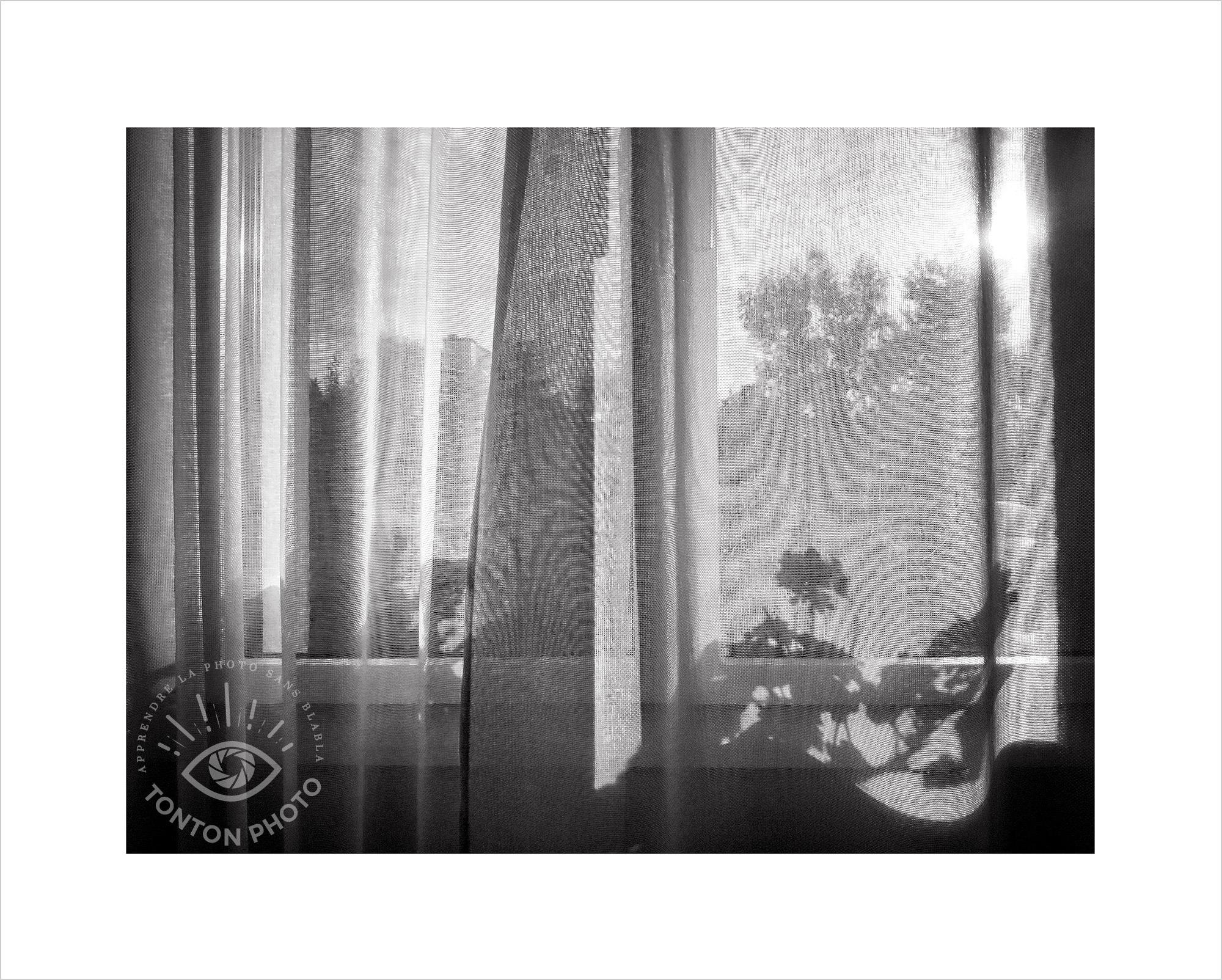 Ombres chinoises des plantes sur le rebord de la fenêtre projetées sur les rideaux. Photo prise au smartphone LG G4 © Tonton Photo