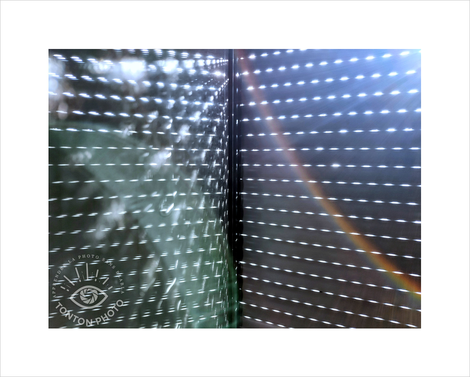 Au lever du jour, jeu d'ombre et de lumière à travers les volets de la chambre et leur reflet dans la vitre. Photo prise au smartphone Xiaomi Mi Mix 3 © Tonton Photo