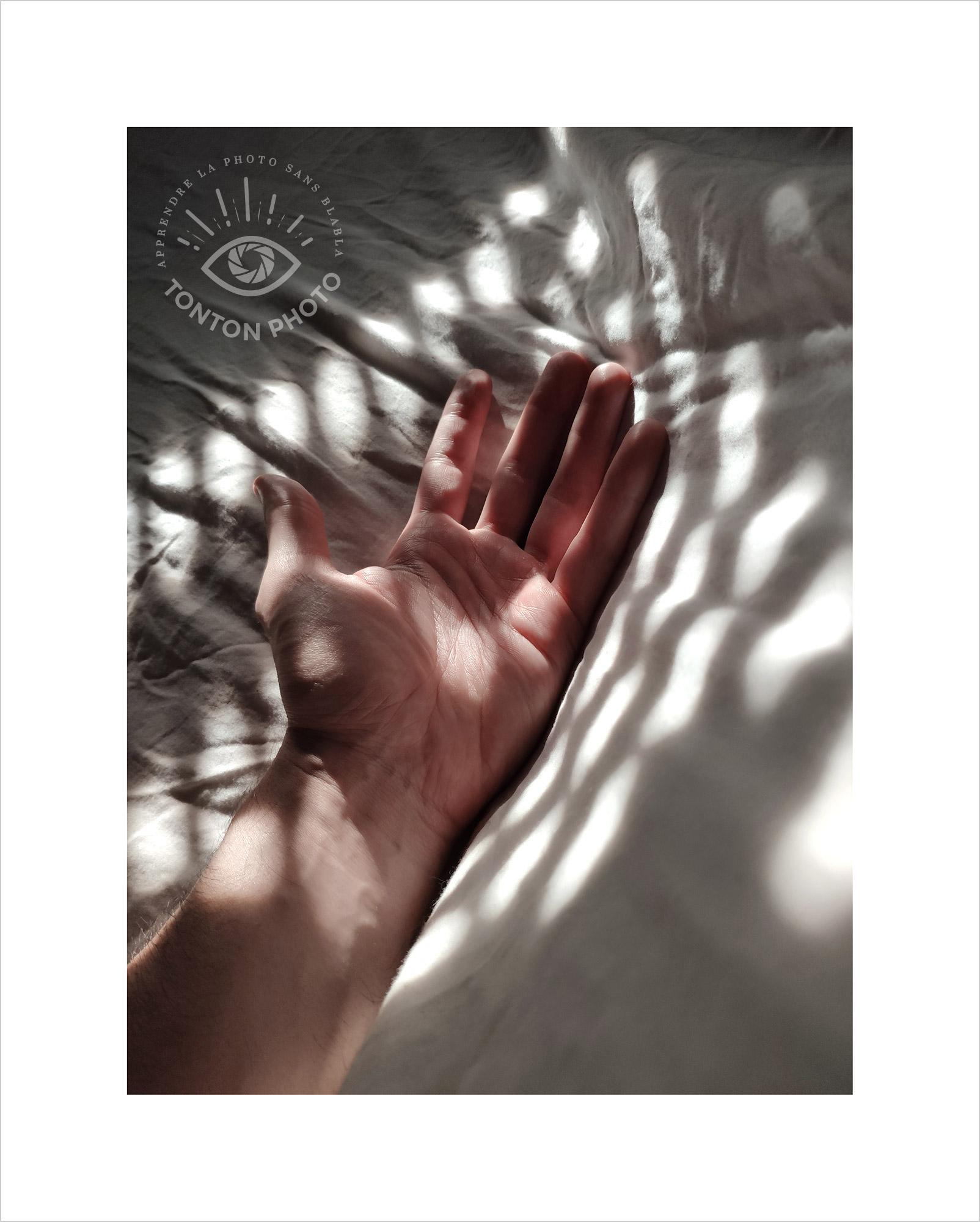 Au lever du jour, jeu d'ombre et de lumière sur les draps à travers les volets de la chambre. Photo prise au smartphone Xiaomi Mi Mix 3 © Tonton Photo