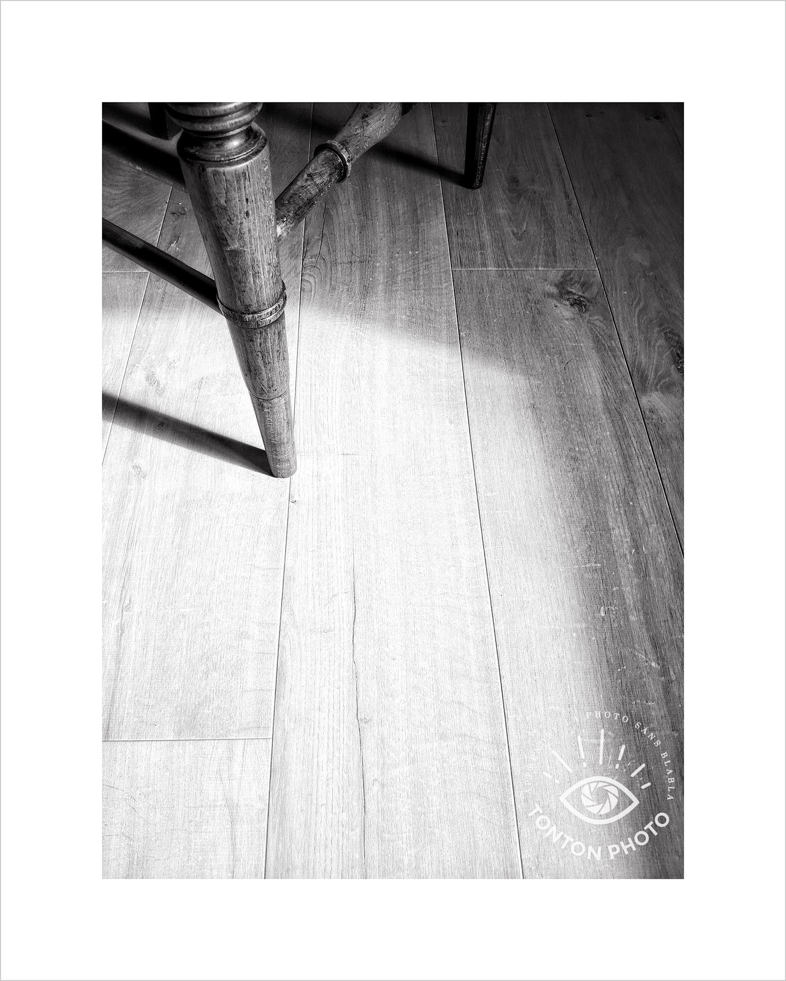 Jeu d'ombre et de lumière entre la fenêtre et la silhouette d'une chaise en bois. Photo prise au smartphone Xiaomi Mi Mix 3 © Tonton Photo