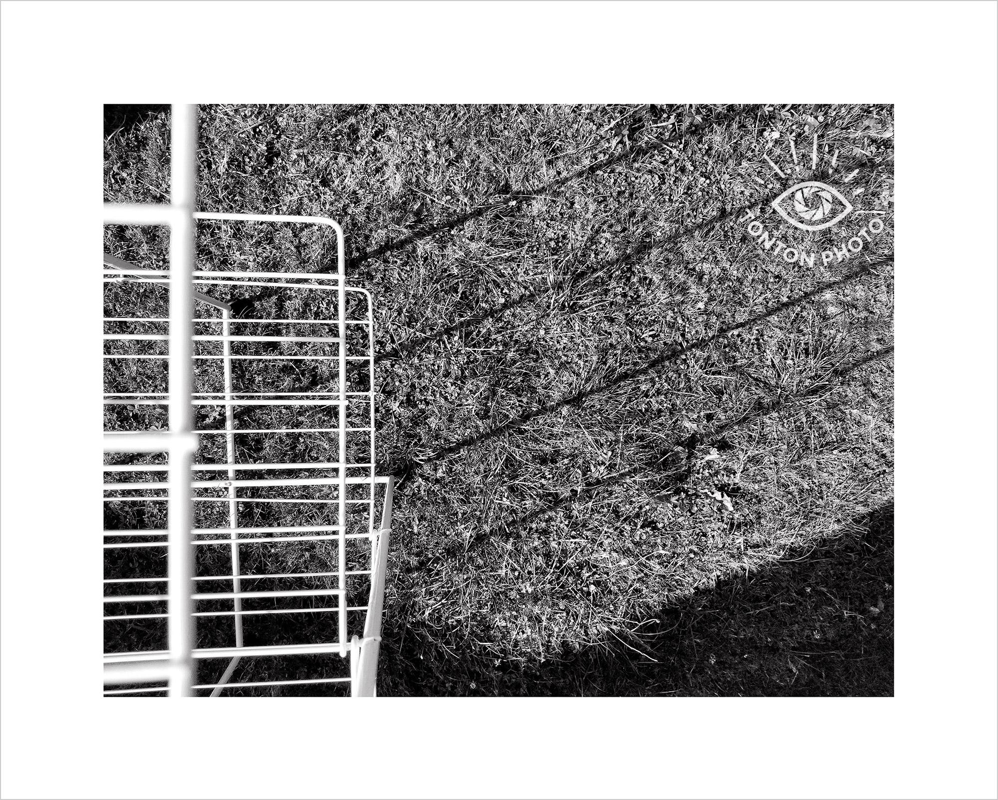 Jeu d'ombre et de lumière avec les lignes d'un séchoir à linge de jardin. Photo prise au smartphone Xiaomi Mi Mix 3 © Tonton Photo