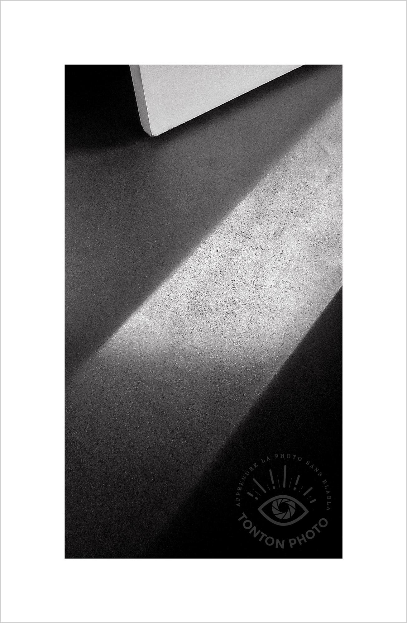Jeu d'ombre et de lumière dans l'encadrement d'une porte. Photo prise au smartphone LG G4 © Tonton Photo